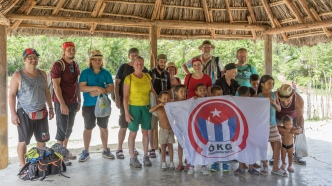 Reisegruppe beim Besuch der Schule